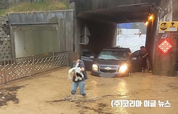 지난 8일 오후 고성군 천진리 지하차도가 침수되면서 승용차가 고립됐다. (사진=강원도소방본부 제공)