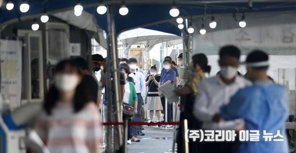 코로나19 신규 확진자가 2,080명으로 집계된 15일 오전 서울역 광장에 마련된 중구 임시 선별검사소에서 시민들이 검사를 받기 위해 기다리고 있다. 2021.09.15.